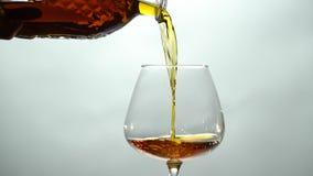 从在玻璃的一个蒸馏瓶倒科涅克白兰地 股票视频