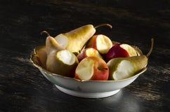 从在碗的果子采取的叮咬 免版税库存图片