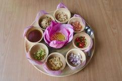 从在紫色莲花或食物的Miang西康省传统快餐包裹的泰国离开 图库摄影