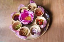 从在紫色莲花或食物的Miang西康省传统快餐包裹的泰国离开 库存照片