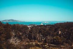 从在远处的阿尔卡特拉斯岛 免版税库存照片