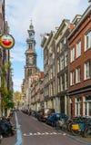从在Jordaan的Raamstraat看见的著名Westertoren在阿姆斯特丹 库存图片