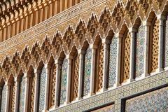 从地方des Alaouites与黄铜门在Fes,摩洛哥的奥斯陆王宫 免版税库存照片