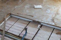 从地板去除多苯乙烯木盘区与工具 库存图片