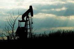 从地球的泵浦起重器泵浦工作油 免版税库存照片