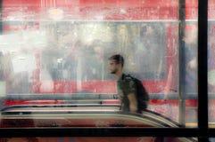 从地铁段落走出去的模糊的年轻人 库存照片
