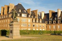 从垒观看的传统房子,在1491年用雅克・卡蒂埃雕象在圣马洛湾负担的法国导航员 T 库存图片