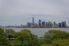从埃利斯岛的纽约更低的曼哈顿地平线 免版税图库摄影