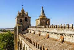 从埃武拉大教堂上面,在双塔的看法 库存图片