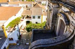 从埃武拉大教堂上面,在村庄房子的看法 库存照片