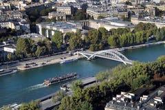 从埃菲尔铁塔在巴黎-暗藏的公寓的顶端看法在埃菲尔Towe顶部 图库摄影
