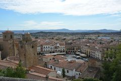 从城堡的全景在看地方少校-特鲁希略角埃斯特雷马杜拉西班牙 免版税库存图片
