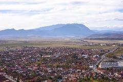 从城堡顶视图的Rasnov市 库存图片