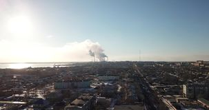 从城市和工厂的寄生虫的看法 来自管子的浓烟 股票录像