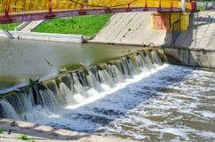 从城市水坝发布的狂放的打旋的水 免版税库存图片