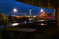 从城市的咖啡馆的看法在夜和池塘散步晚上 免版税图库摄影