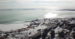 从城市的看法向结冰的湖 从一条寄生虫的射击从高度 股票录像