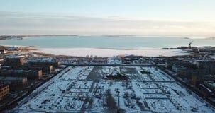 从城市的看法向结冰的湖 从一条寄生虫的射击从高度 股票视频