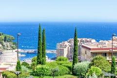 从城市端起的,蓝色海、绿色树和旅馆的白天视图 库存照片