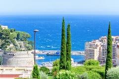 从城市端起的,蓝色海、绿色树和旅馆的白天视图 免版税库存图片