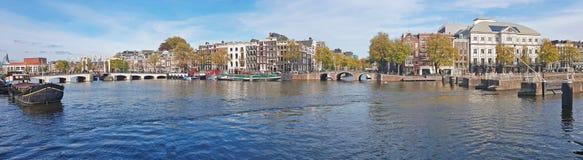 从城市阿姆斯特丹的全景有在网的微小的桥梁的 图库摄影