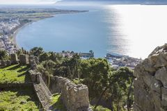 从堡垒墙壁的激动人心的景色Nafpaktos,希腊2018年1月05日 免版税库存照片