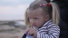 从塑料瓶的女孩饮用水 股票录像