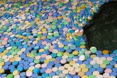 从塑料瓶l的许多不同颜色盖帽 库存照片