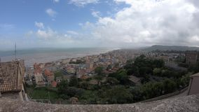 从塔的看法在格罗塔姆马雷和圣Benedetto del Tronto,马尔什地区,意大利 股票录像