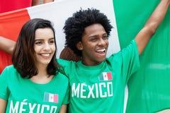 从墨西哥的两个欢呼的足球迷体育场的 免版税图库摄影