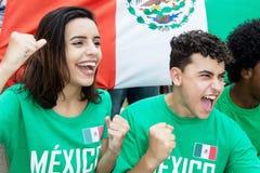 从墨西哥的年轻足球迷有墨西哥国旗的 图库摄影