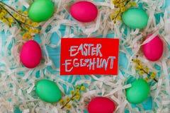从复活节的框架绘了鸡蛋 库存图片