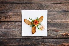 从夏南瓜和盐味的三文鱼的开胃菜用红色鱼子酱 免版税库存图片