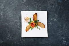 从夏南瓜和盐味的三文鱼的开胃菜用红色鱼子酱 免版税库存照片