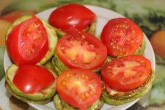 从夏南瓜和蕃茄的盘 免版税库存照片
