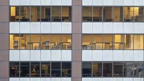 从外面看见的空的办公室 免版税库存图片