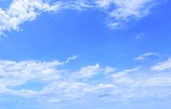 从多云天空的背景 库存图片