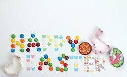从多彩多姿的甜点的题字 愉快的复活节 免版税库存照片