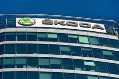 从大众集团公司商标的斯柯达自动汽车制造商在总部修造 图库摄影