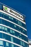 从大众集团公司商标的斯柯达自动汽车制造商在总部修造 免版税库存照片