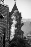 从大厦的烟在伦敦英国 免版税库存图片