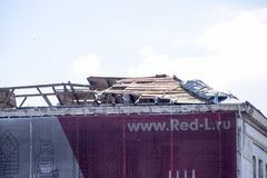 从大厦的被风吹屋顶 房子的屋顶元素的破坏 飓风的后果 免版税库存图片