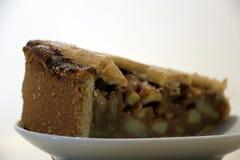 从大圆形蛋糕的苹果蛋糕三角裁减放入白色 免版税库存图片
