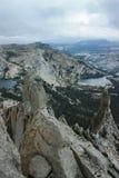 从大教堂峰顶攀岩冒险的看法在优胜美地国家公园加利福尼亚和湖在背景中 库存图片