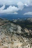 从大教堂峰顶攀岩冒险的看法在优胜美地国家公园加利福尼亚 免版税库存照片