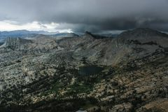 从大教堂峰顶攀岩冒险的看法在优胜美地国家公园加利福尼亚 库存照片
