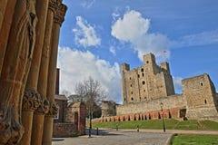 从大教堂的入口观看的城堡在罗切斯特 免版税库存图片