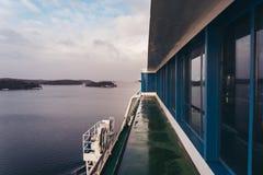 从大载汽车轮船的甲板的看法在斯德哥尔摩群岛,瑞典 免版税库存照片