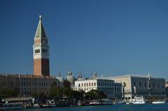 从大运河圣马尔谷教堂广场和钟楼的看法在威尼斯 旅行,假日,建筑学 2015年3月28日 威尼斯, 免版税库存图片