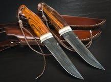 从大马士革马赛克的猎刀在木背景 手工制造皮革的鞘 免版税图库摄影